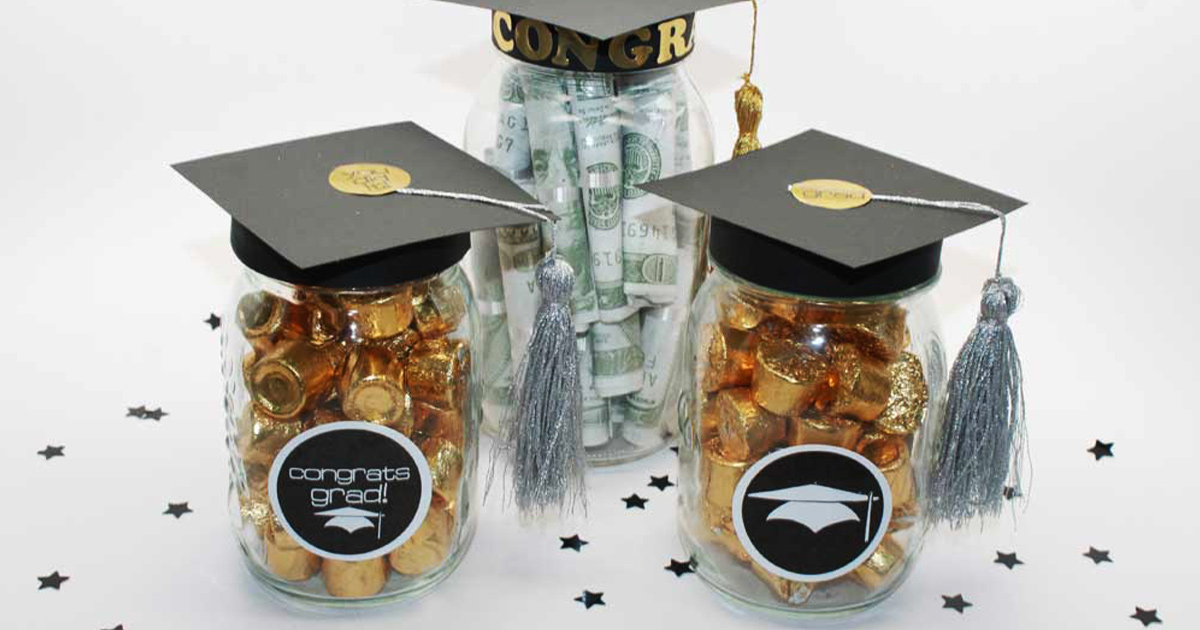 Easy gift for grads or party favors: graduation cap Mason jar project